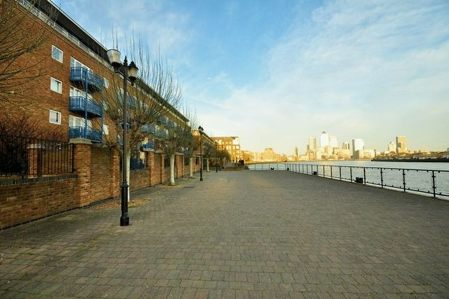 2 bed flat for sale in Jardine Road, London