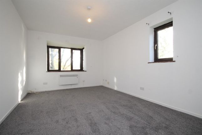 1 bed flat to rent in Denning Avenue, Waddon, Croydon CR0