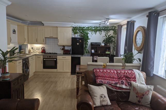 2 bed flat for sale in Carlisle Road, Gidea Park, Romford RM1