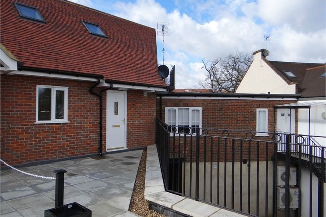 Thumbnail Flat to rent in Hill Avenue, Amersham, Buckinghamshire