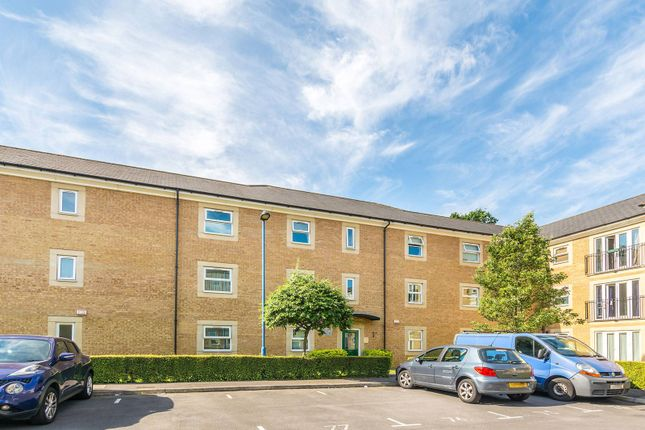 2 bed flat to rent in White Lodge Close, Isleworth