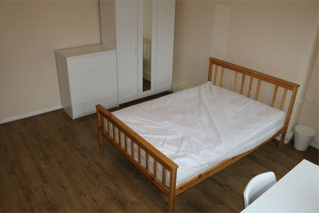 Thumbnail Room to rent in In A 3 Bedroom Flat, Aldgate