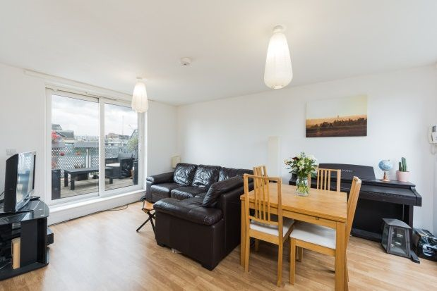 2 bed flat to rent in Murray Grove, London
