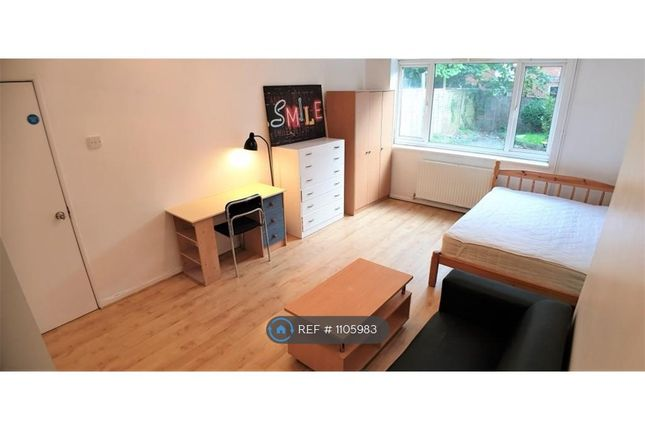 Room to rent in Wanborough Drive, London SW15