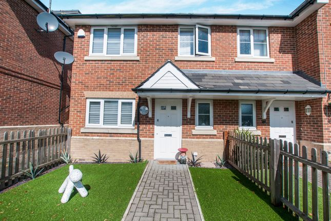 Thumbnail Town house for sale in Winch's Meadow, Burnham, Slough