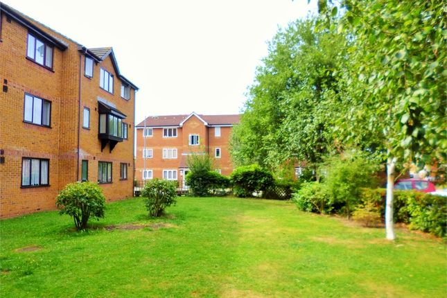 2 bed flat to rent in Brindley Close, Wembley, Greater London