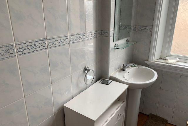 Bathroom of Dickenson Road, Manchester M13