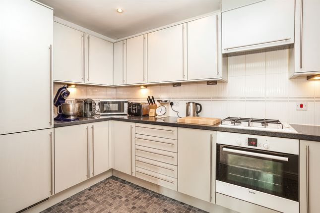 2 bed flat for sale in Copthorne Common Road, Copthorne, Crawley