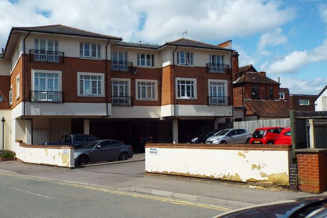 Thumbnail Flat to rent in Cambridge Road, Crowthorne