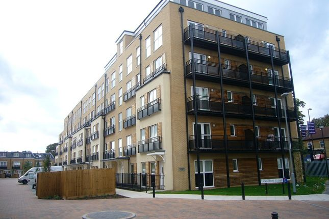 2 bed flat to rent in Lanadron Close, Isleworth