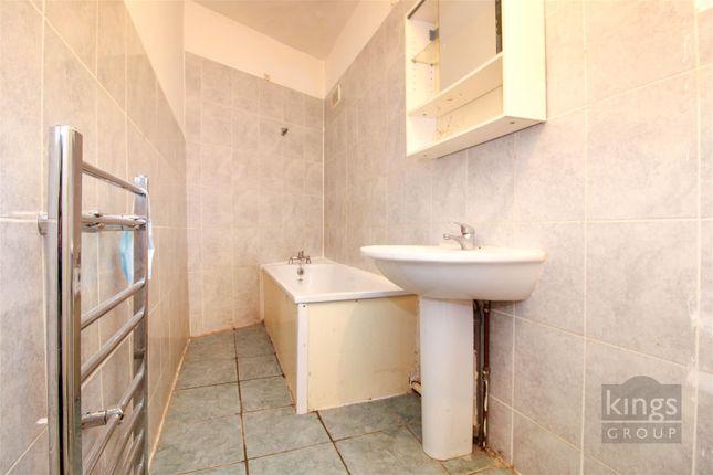 Bathroom of Woodside Gardens, London N17