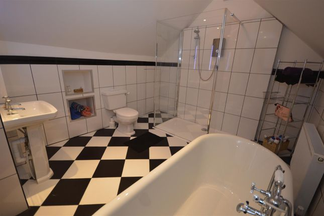 Ensuite Bathroom of Cardigan SA43