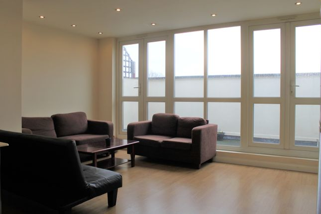 2 bed flat to rent in Offord Road, Islington, London