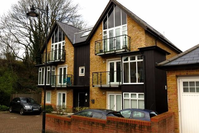 2 bed flat to rent in Roundburrow Close, Warlingham CR6