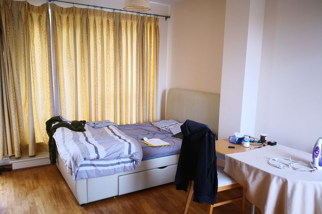 Thumbnail Room to rent in St. Davids Square, London