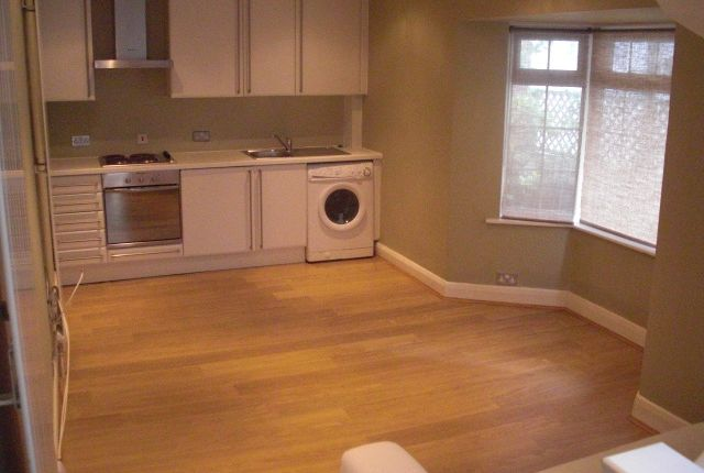 Flat to rent in Glenbrook Road, West Hampstead, London