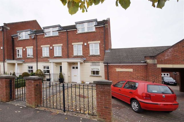 3 bed town house to rent in Hutton Gate, Harrogate, North Yorkshire HG2