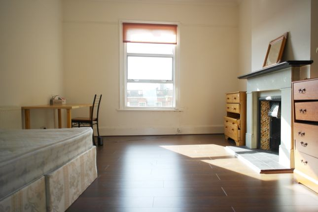 Flat to rent in High Road, East Finchley