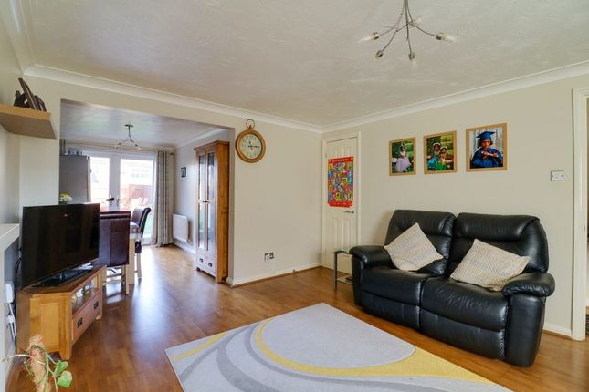3 bed semi-detached house to rent in Blackdown Close, Stevenage SG1