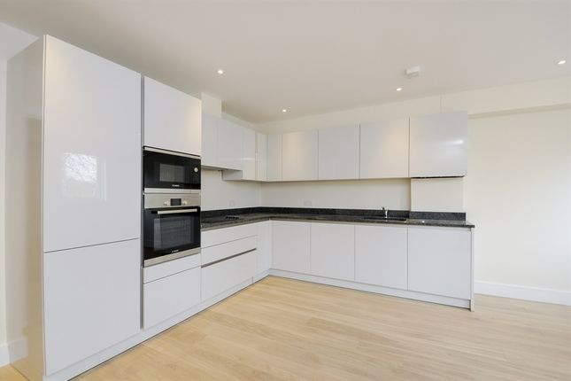 Thumbnail Flat for sale in Courland Grove, London