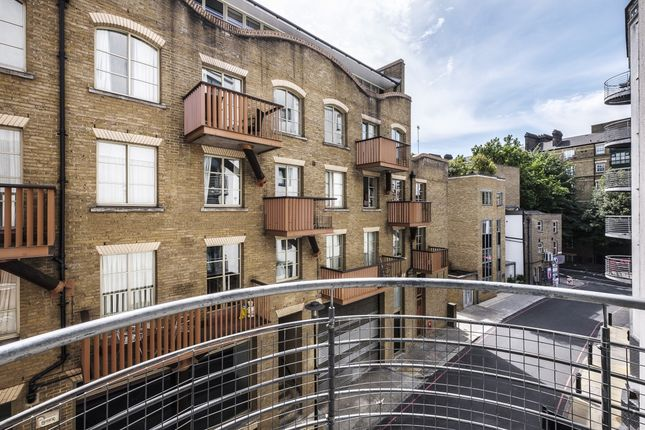2 bed flat to rent in The Triangle, Three Oak Lane, London