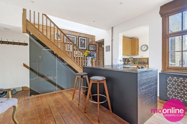 2 bed flat for sale in The Broadway, London NW7