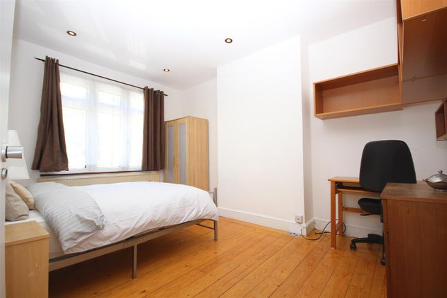 Room to rent in Western Avenue, London