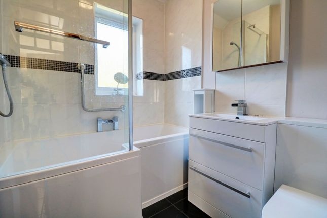 Bathroom of Rowdale Road, Birmingham B42