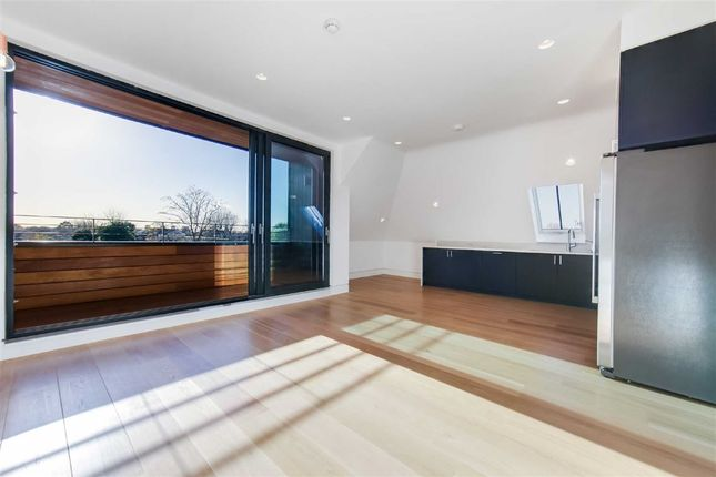 2 bed flat to rent in Elm Avenue, London