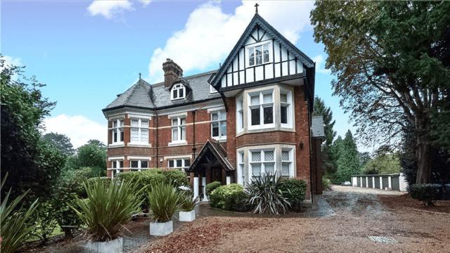 Thumbnail Flat to rent in Bath Road, Maidenhead
