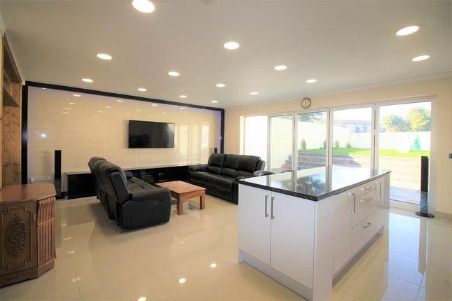 Sitting Area of Shaftesbury Avenue, Norwood Green UB2