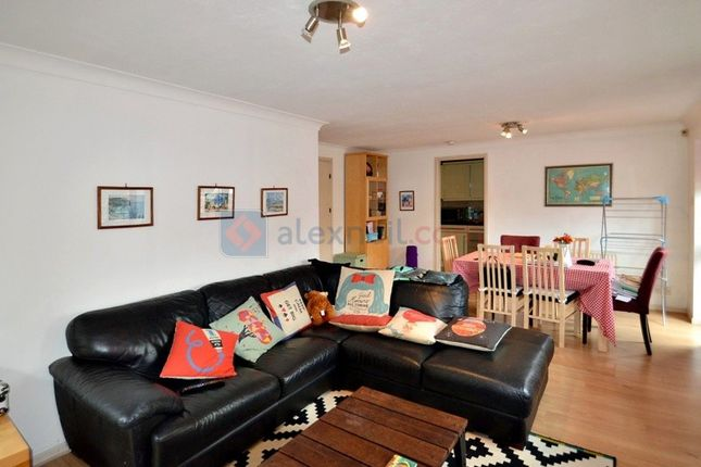 2 bed flat to rent in Horseshoe Close, London