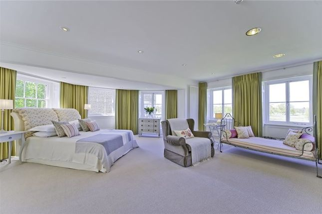 Thumbnail Flat to rent in Craven House, Hampton Court Road, East Molesey, Surrey
