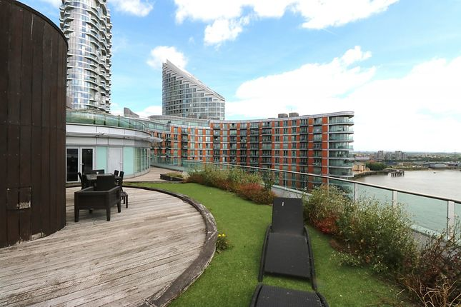 Thumbnail Flat to rent in New Providence Wharf, 1 Fairmount Avenue, London