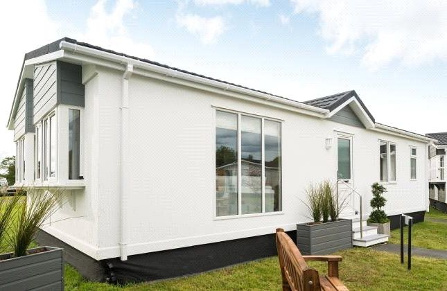 2 bed detached bungalow for sale in Little Meadow, Woodside Home Park, Luton, Bedfordshire LU1