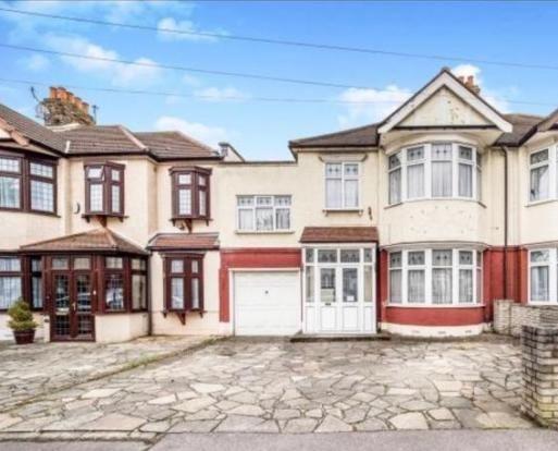 Thumbnail Terraced house to rent in Inglehurst Gardens, Ilford