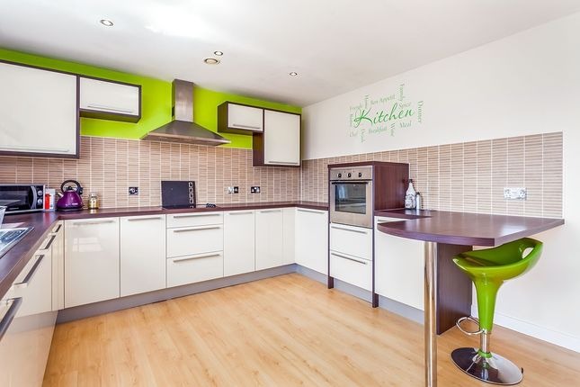 2 bed flat to rent in Waterside Way, Wakefield, West Yorkshire WF1