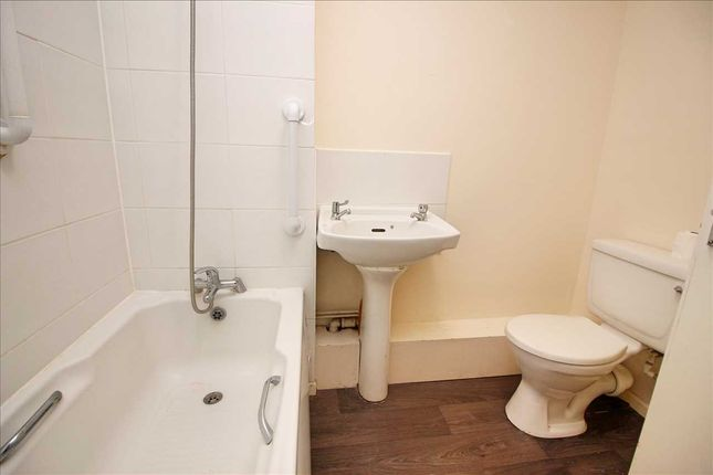 Bathroom of St Peters Close, Bushey WD23