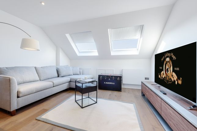 2 bed flat to rent in Whittingstall Road, Fulham