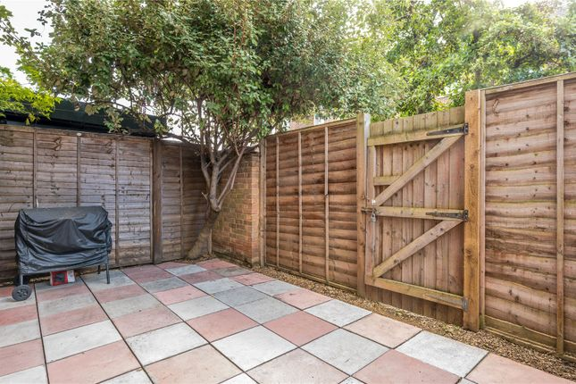 2 bed flat for sale in Victoria Park Road, London E9