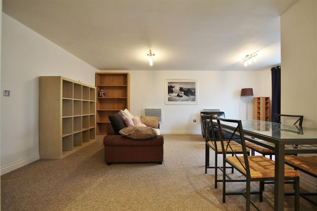2 bed flat to rent in Primrose Place, Isleworth