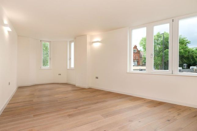 2 bed flat to rent in Northwood Road, London