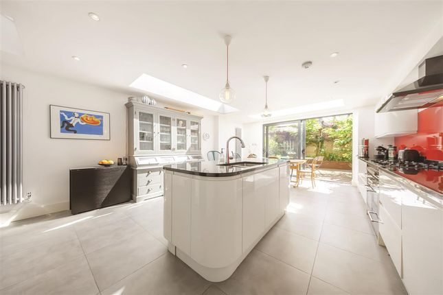 Thumbnail Terraced house for sale in Lavender Sweep, London