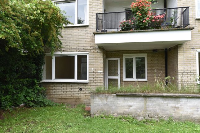 2 bed flat to rent in The Fairway, West Molesey KT8