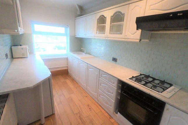 Thumbnail Flat to rent in Bradford Road, Pudsey