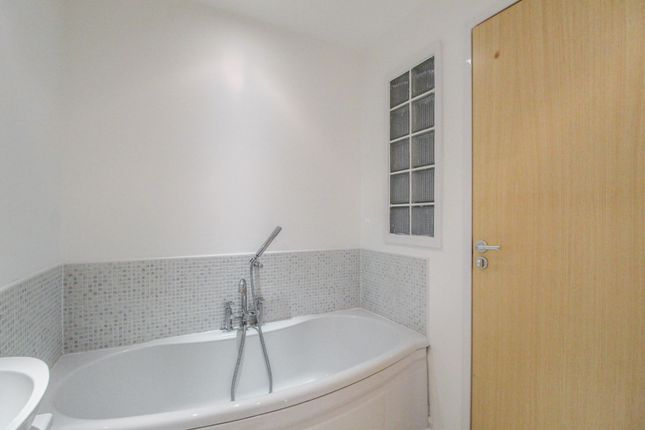 Bathroom of Queen Elizabeth Gardens, Oatlands, Glasgow G5