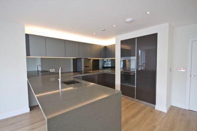 2 bed flat to rent in Kew Bridge Road, Brentford