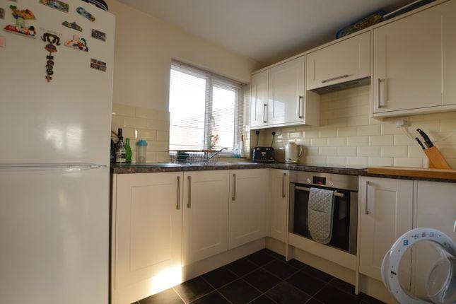 2 bed flat to rent in Brantwood Court, West Byfleet, Surrey KT14