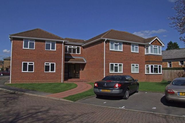 1 bed flat to rent in Victoria Road, Farnham Common, Slough