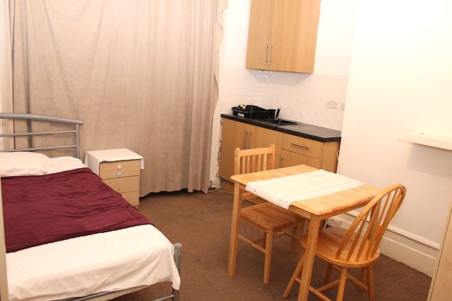 Room to rent in Spencer Avenue, Palmers Green, London